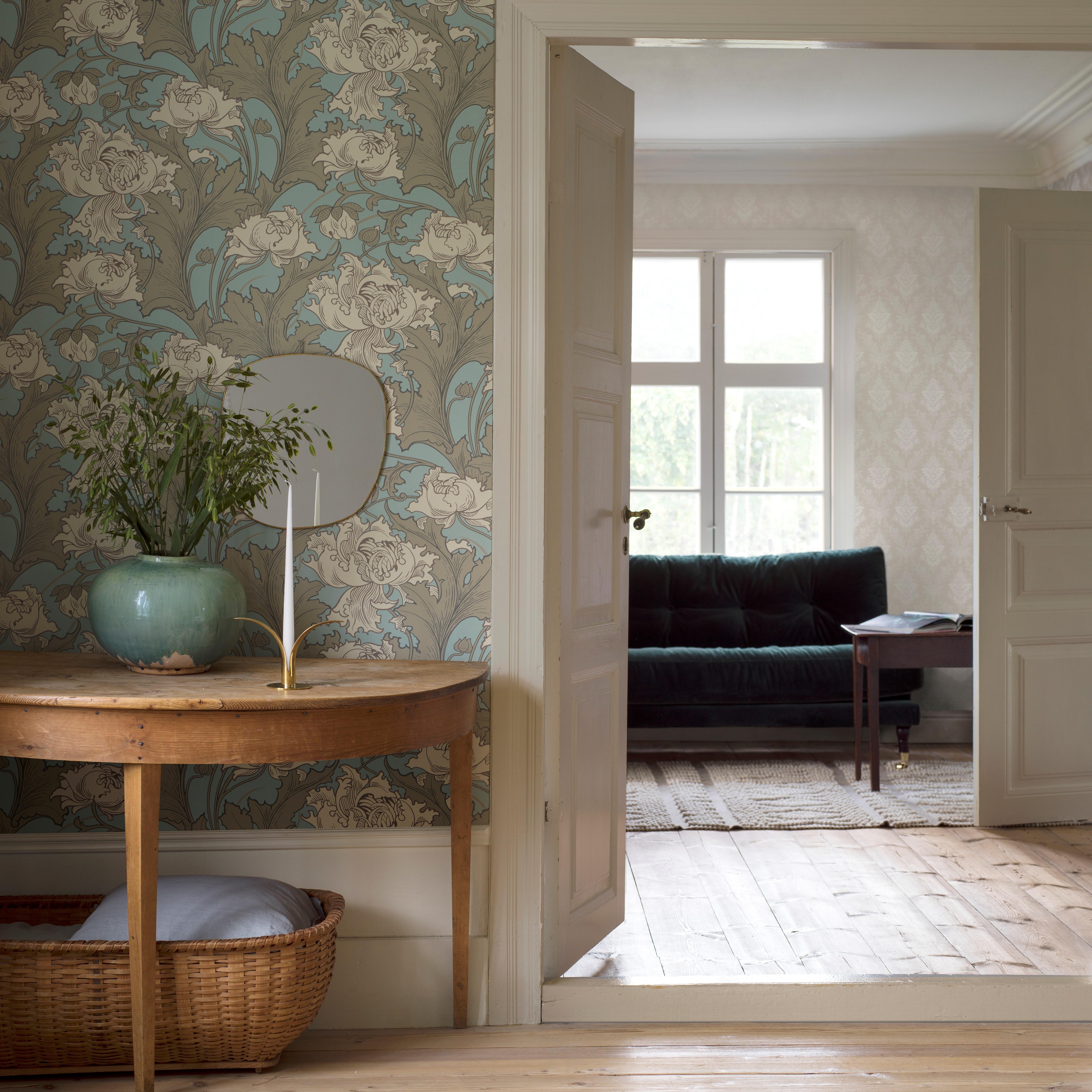 Tapeter i vardagsrum med trägolv